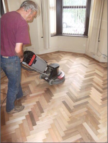 Last fine sanding to prepare an original parqeut floor for its new oil finish